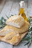 Hemlagat bröd med olivolja Arkivbilder