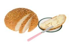 Hemlagat bröd med smör på en platta Royaltyfri Fotografi