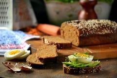 Hemlagat bröd på en träskärbräda Royaltyfria Foton