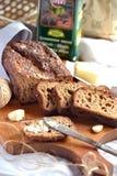 Hemlagat bröd på en träskärbräda Royaltyfri Fotografi