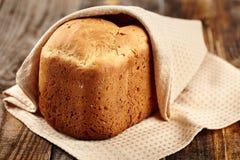 Hemlagat bröd på ett trä stiger ombord Arkivfoton