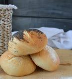Hemlagat bröd på trätabken Arkivbild