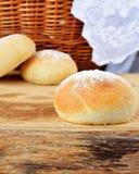 Hemlagat bröd på trätabken Royaltyfri Bild