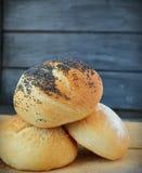 Hemlagat bröd på trätabken Royaltyfri Fotografi