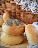 Hemlagat bröd på trätabken Royaltyfria Foton