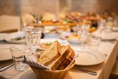 Hemlagat bröd som skivas och grillas på tabellen close upp royaltyfria foton
