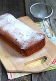 Hemlagat fuktigt bröd med orange fruktsaft och piff   arkivfoton