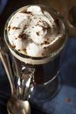 Hemlagat irländskt kaffe med whisky Arkivbild