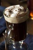 Hemlagat irländskt kaffe med whisky Arkivfoton
