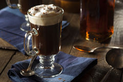 Hemlagat irländskt kaffe med whisky Arkivfoto