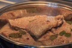 Hemlagat kött med den söta basilikan kotletter stekte pork handgjord smaklig mat Mycket läckert mål steka meatpanna fotografering för bildbyråer