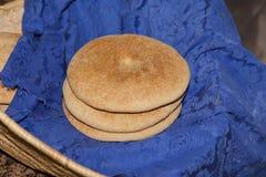 Hemlagat marockanskt bröd i en korg arkivbild