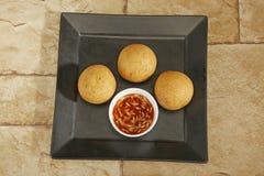 Hemlagat mellanmål - potatiskroketter eller aloobonda arkivfoto