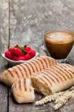 Hemlagat nytt paninibröd med koppen av cappuccino och raspberr Royaltyfri Bild