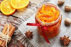 Hemlagat orange driftstopp för kanderade peels i den glass kruset Royaltyfri Bild