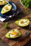 Hemlagat organiskt ägg som bakas i avokado arkivbilder