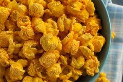 Hemlagat popcorn för cheddarost fotografering för bildbyråer