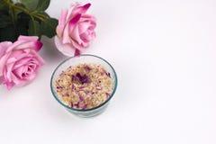 Hemlagat skura med havssolt, aromoljor och rosa kronblad Arkivfoto