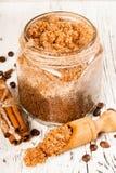 Hemlagat socker skurar med kaffe på en träbakgrund Royaltyfri Foto