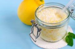 Hemlagat socker skurar med olivolja, nödvändig citronolja och citronskal Diy skönhetsmedel kopiera avstånd arkivbild