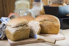 Hemlagat sourdoughbröd med frö Arkivbild