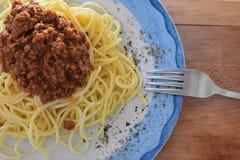Hemlagat spagettiwhitkött på plattan, på träbakgrund Arkivfoto