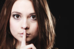 hemlig kvinna Tecken för tystnad för flickavisninghand Arkivfoto