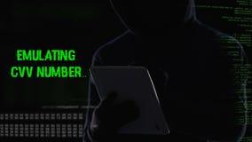 Hemlig man som olagligt matchar stiftkoden, överförande pengar från kreditkort stock video