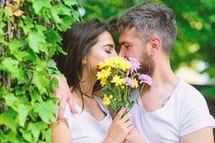 Hemlig romantisk kyss Förälskelseromantikerkänslor Ögonblick av intimitet Förälskat nederlag för par bak bukettblommakyss arkivbilder