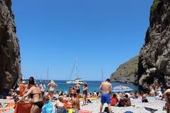 Hemlig strand på Cala de sa Calobra arkivbilder