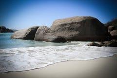 Hemlig strandliten vik royaltyfri bild