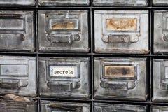 Hemlighetbegreppsbild Stängd arkivlagring, dokumentskåpinre metalliska askar för åldrig silver med indexkort Fotografering för Bildbyråer