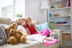 Hemligheter av små flickor Fotografering för Bildbyråer