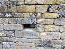 Hemligt dölja i den gamla väggen - bakgrundstextur Royaltyfri Foto