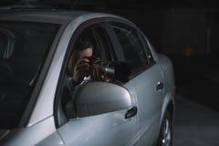 hemligt manligt medel som gör bevakning vid kameran royaltyfria foton