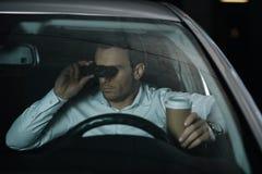 hemligt manligt medel som gör bevakning vid kikare och dricker kaffe arkivbilder
