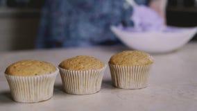 Hemmafru på bakgrundsbakning i läckra muffin för kök Slut upp i 4k, UHD stock video