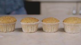 Hemmafru på bakgrundsbakning i läckra muffin för kök Slut upp med glidbanan arkivfilmer