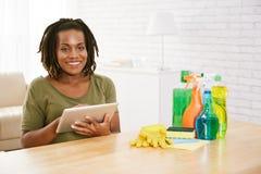 Hemmafru som direktanslutet beställer tvättmedel royaltyfria foton
