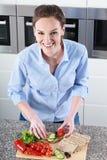 Hemmafru som förbereder det sunda mellanmålet Royaltyfri Foto