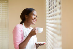 Hemmafru som har kaffe arkivfoto