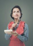Hemmafru som ner skriver en shoppinglista Arkivfoton