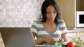 Hemmafru som söker efter receptet stock video