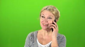 Hemmafrun talar på telefonen grön skärm lager videofilmer