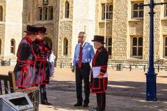 HemmansägareWarders av tornet av London (Beefeaters) Beefeaters är ceremoniella förmyndare av tornet av London Arkivfoto
