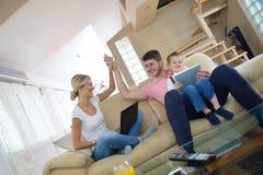 Hemmastadd användande minnestavladator för familj Royaltyfri Fotografi