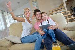 Hemmastadd användande minnestavladator för familj Arkivfoto