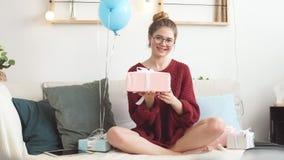 Hemmastadd ferieande den unga glade flickan har gjort en gåva för en vän magisk tid lager videofilmer