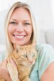 Hemmastadd hållande katt för kvinna Arkivfoton