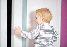 Hemmastadd litet barnpojke Arkivfoton